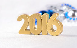 het jaar gouden cijfers van 2016 en zilverachtige en blauwe Kerstmisdecorati Royalty-vrije Stock Afbeeldingen