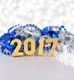 het jaar gouden cijfers van 2017 en zilverachtige en blauwe Kerstmisdecorati Royalty-vrije Stock Afbeeldingen