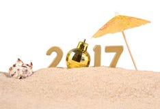 het jaar gouden cijfers van 2017 met zeeschelp op een wit Stock Fotografie