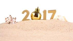 het jaar gouden cijfers van 2017 met zeeschelpen op een wit Royalty-vrije Stock Afbeeldingen