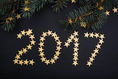 het jaar gouden sterren en spar van 2017 over zwarte Royalty-vrije Stock Foto