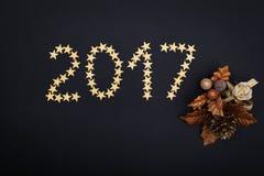het jaar gouden sterren van 2017 en Kerstmisdecoratie over zwarte Royalty-vrije Stock Foto