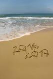 het jaar van 2016 en van 2017 op het zandstrand Stock Afbeelding