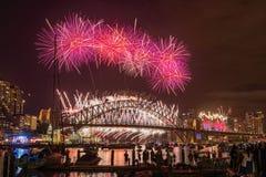 Het jaar van het vuurwerkeve new van Sydney toont bij Havenbrug van Clak-park Sydney Australia Stock Afbeeldingen