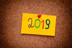 het jaar van 2019 op gele document nota over cork raad wordt geschreven die Royalty-vrije Stock Afbeelding