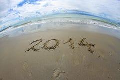 het jaar van 2014 op het overzeese strand wordt geschreven dat Stock Foto