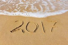 het jaar van 2017 op zandige overzees wordt geschreven die Royalty-vrije Stock Afbeeldingen