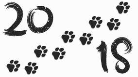 het jaar van 2018 van de hond Cijfers en borstel in grungestijl Sporen van een hond in zwarte op een witte achtergrond Zachte sch royalty-vrije illustratie