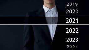 het jaar van 2021 in virtueel archief, zakenman bij de achtergrondinzameling van statistieken stock fotografie