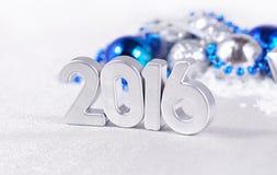 het jaar zilveren cijfers van 2016 en zilverachtige en blauwe Kerstmisdecorati stock afbeelding