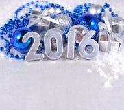 het jaar zilveren cijfers van 2016 en zilverachtige en blauwe Kerstmisdecorati royalty-vrije stock foto's