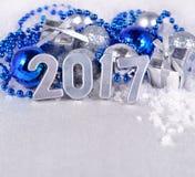 het jaar zilveren cijfers van 2017 en zilverachtige en blauwe Kerstmisdecorati Royalty-vrije Stock Afbeelding