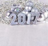 het jaar zilveren cijfers van 2017 en zilverachtige Kerstmisdecoratie Royalty-vrije Stock Fotografie