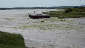 Het jacht beached toen de getijden uit in Engeland 1 stock foto