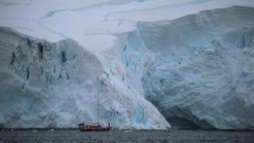 Het jacht bevindt zich in het water tegen de achtergrond van een grote gletsjer Andreev stock video