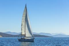 Het jacht beweegt zich langs het kust Varende jacht in blauwe overzees nave Stock Foto's