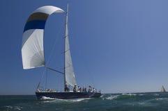 Het jacht concurreert in Team Sailing Event stock afbeelding