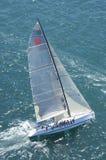 Het jacht concurreert in Team Sailing Event stock fotografie