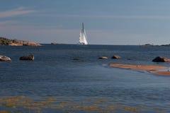 Het jacht dat van Plasure aan haven Hanko binnengaat Stock Fotografie