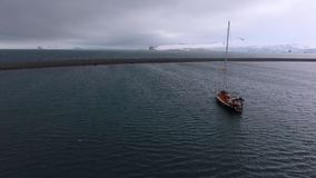 Het jacht drijft in de Antarctische wateren Andreev stock footage