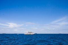 Het jacht is in een oceaan stock afbeelding