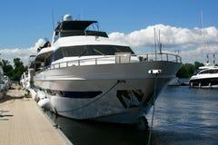 Het jacht en de boten worden vastgelegd bij de kade stock foto