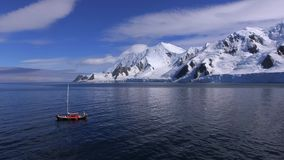 Het jacht komt uit de baai te voorschijn dichtbij de gletsjer Andreev stock videobeelden