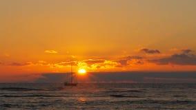 Het jacht vaart voorbij de zon bij waikiki stock videobeelden