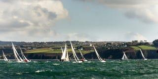 Het jacht van de groep bij regatta stock foto