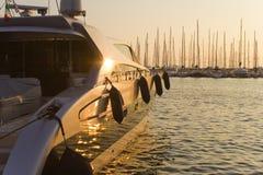 Het jacht van de luxe bij zonsondergang Royalty-vrije Stock Fotografie
