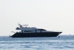 Het jacht van de luxe dat in de baai wordt verankerd Royalty-vrije Stock Foto's