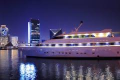 Het jacht van de luxe in de Kreek van Doubai, Verenigde Arabische Emiraten Stock Afbeelding
