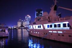 Het jacht van de luxe in de Kreek van Doubai, verenigde Arabische emiraten Royalty-vrije Stock Foto