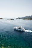 Het jacht van de luxe dichtbij het Poros eiland, Griekenland Stock Afbeelding
