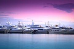 Het jacht van de luxe in jachthaven Stock Foto's