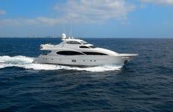 Het jacht van de luxe met horizonlijn royalty-vrije stock afbeelding