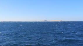 Het Jacht is ver vanaf de Stad stock footage