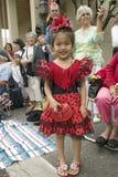 Het Japanse Amerikaanse meisje is in heldere rode Mexicaanse kleding bij jaarlijkse Oude Spaanse Dagenfiesta hield elk Augustus i stock foto's