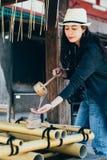 Het Japanse bamboe van het vrouwengebruik plakt schoon stock afbeelding