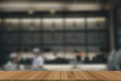 het Japanse binnenland van de restaurantkeuken de mannelijke chef-kok bereidt voedsel voor Bl stock afbeelding