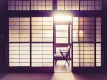 Het Japanse Binnenland van de stijlruimte met retro stoel Uitstekende toon Stock Foto