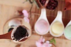 Het Japanse dessert van Daifukumochi en hete thee stock afbeelding