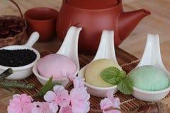 Het Japanse dessert van Daifukumochi en hete thee stock foto's