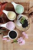 Het Japanse dessert van Daifukumochi en hete thee stock fotografie