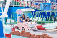 Het Japanse mamma en haar dochter genieten van hun tijd samen berijdend o Royalty-vrije Stock Fotografie