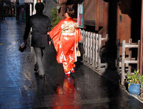 Het Japanse paar lopen stock afbeeldingen