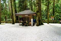 Het Japanse Traditionele Heiligdom van de de Bouwtempel met wit grint stock afbeeldingen