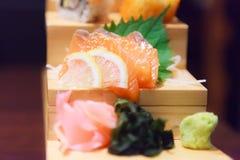 Het Japanse Verse de het de Schotelmenu, Salmon Sashimi, zeewier, gember en wasabi van het Vissenvoedsel verfraaiden op houten st royalty-vrije stock foto's