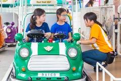 Het Japanse vrouwelijke personeel van het de KoepelPretpark van Tokyo verklaart aan twee Royalty-vrije Stock Foto's