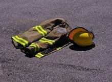 Het jasje en de helm van brandbestrijders Royalty-vrije Stock Foto